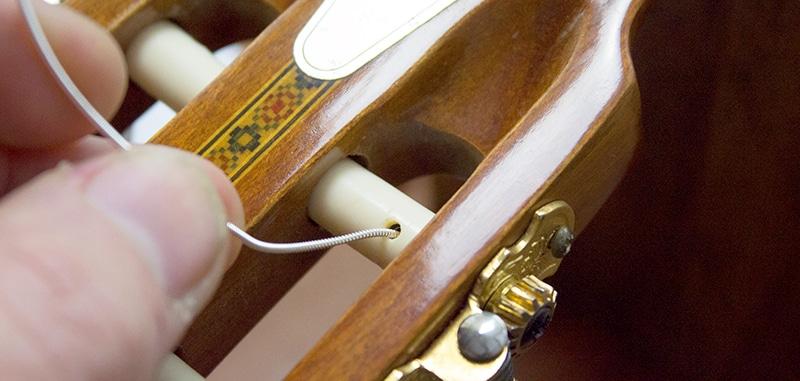 passage corde grave filée dans mécanique guitare classique
